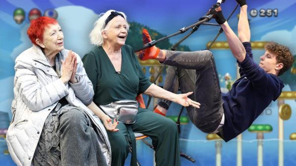 Das Zockerhaus: Lenny klettert an Schlingen während Senioren begeistert schauen. | Rechte: Frank Hempel