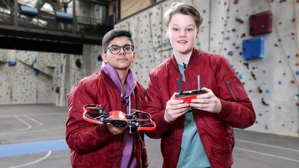 Das Zockerhaus: Ron und Dennis von Team rot halten eine Drohne und einen Controller in den Händen.  | Rechte: Frank Hempel