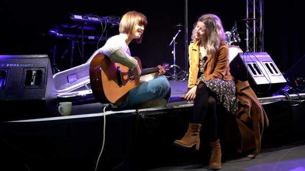 Sängerin Lotte spielt für Michelle einige ihrer Songs. | Rechte: Radio Bremen/Matthias Kind