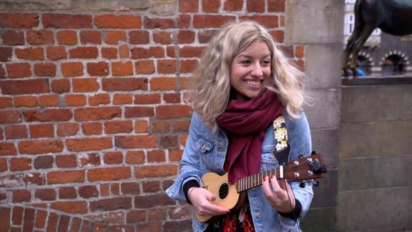 Moderatorin Michelle hat Musik studiert und testet die Hits der Stars auf ihrer Ukulele.   Rechte: Radio Bremen/Matthias Kind