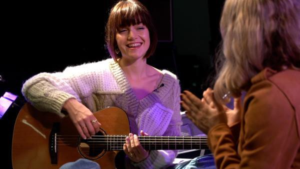 Lotte und Michelle im Gespräch über ihren Hit | Rechte: Radio Bremen/Matthias Kind
