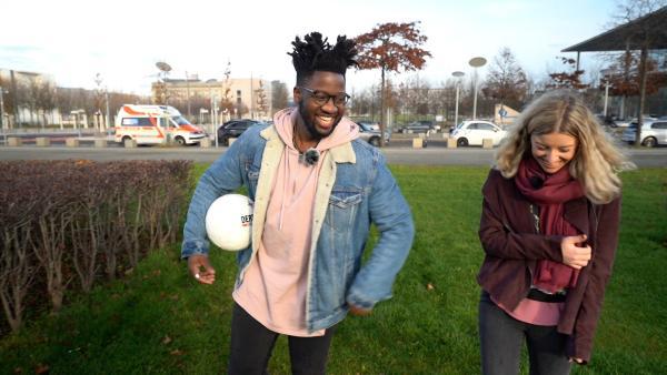 Kelvin und Michelle sind auf dem Weg zum Kicken. Der Sänger wollte früher Fußballer werden. | Rechte: Radio Bremen/Matthias Kind