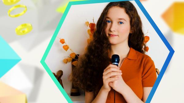 Dein Song-Gewinnerin (2020) Emmie Lee mit Mikrofon | Rechte: KiKA