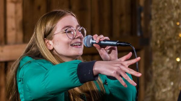 Fine am Mikrofon | Rechte: Marie Jose Sombeek