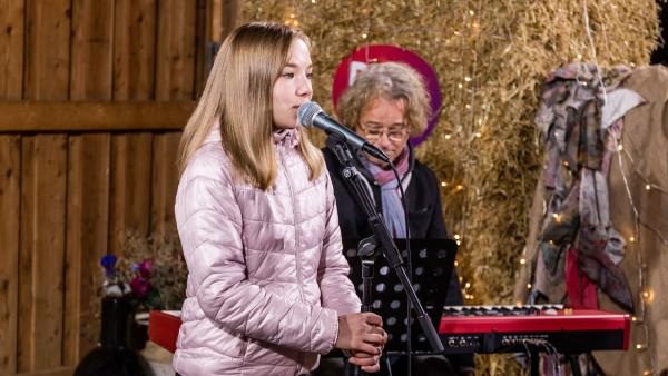 Greta steht vor dem Mikrofon | Rechte: Marie Jose Sombeek