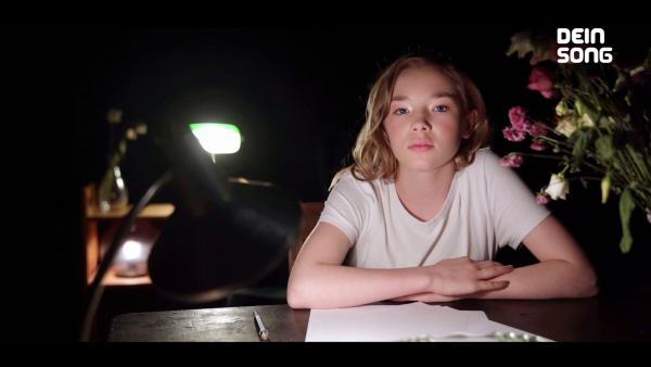 Greta sitzt vor einem Buch  | Rechte: ZDF/BSB Film