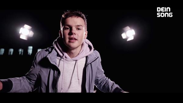 Leon in einem dunklen Raum mit zwei großen Schweinwerfern | Rechte: ZDF/BSB Film
