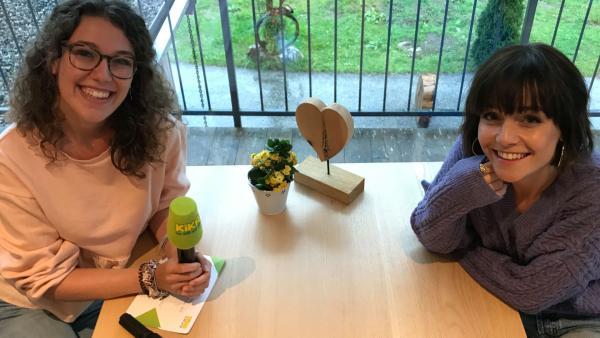 Leontina und Jury-Mitglied Lotte sitzen zusammen | Rechte: Henning Malz; KiKA