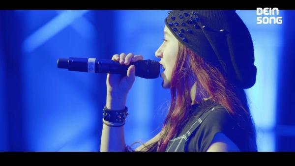 Sarah mit Mikrofon in der Hand | Rechte: ZDF/BSB Film