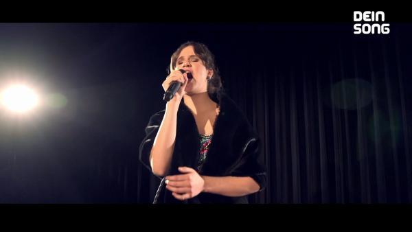 Sophie hält ein Mikrofon in der Hand | Rechte: ZDF/BSB Film