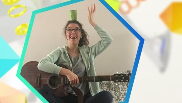 Web-Reporterin Leontina balanciert eine Tasse auf ihrem Kopf | Rechte: BSB Film