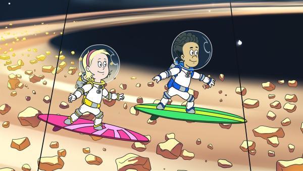Sally und Nick surfen auf dem Ring des Saturn. | Rechte: KiKA/Collingwood O'Hare Prod./Portfolio Entertain./Random House Children E./Treehouse TV