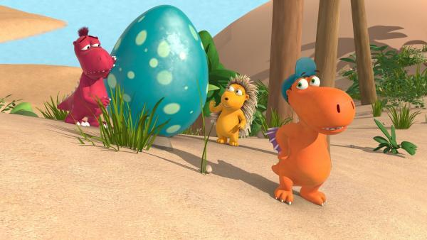 Der kleine Drache Kokosnuss (re.), Matilda und Oskar sind auf der Suche nach der Drachenmutter, die das riesige, grüne Ei verloren hat. | Rechte: ZDF/Caligari