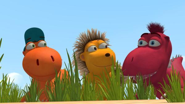 Mit Spannung beobachten Kokosnuss, Matilda und Oskar aus ihrem Versteck heraus, ob ihr Plan, Chefs Picknick mit präparierten Lebensmitteln zu sabotieren, aufgeht. | Rechte: ZDF/Caligari