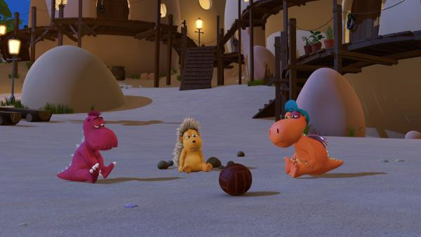 Oskar, Matilda und der kleine Drache Kokosnuss haben Ball gespielt. Dabei hat sich Kokosnuss ein blaues Auge geholt. | Rechte: ZDF/Caligari
