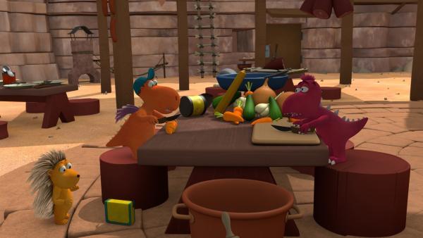Zusammen geht es am schnellsten: Matilda und Kokosnuss helfen Oskar beim Kochen. | Rechte: ZDF/Caligari Film