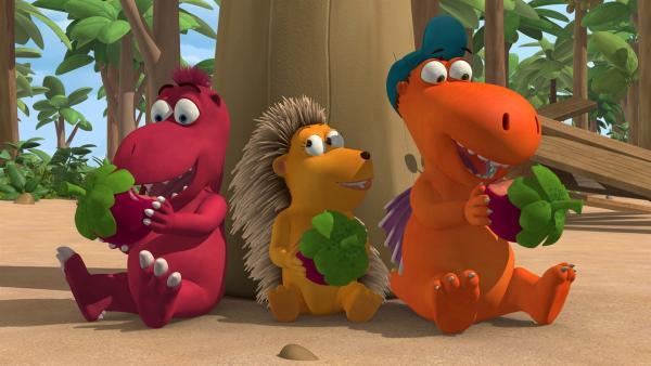 Oskar, Matilda und Kokosnuss genießen die köstlichen Drachenfrüchte. | Rechte: ZDF/Caligari Film