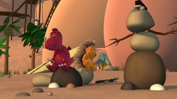 Oskar und Matilda sind traurig, dass Kokosnuss sie bald verlassen wird, um König in einem weit entfernten Land zu werden. | Rechte: ZDF/Caligari Film