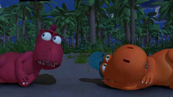 Eine Mutprobe mitten im finsteren Wald. Kokosnuss und Oskar hatten sich das irgendwie netter vorgestellt.   Rechte: ZDF/Caligari Film