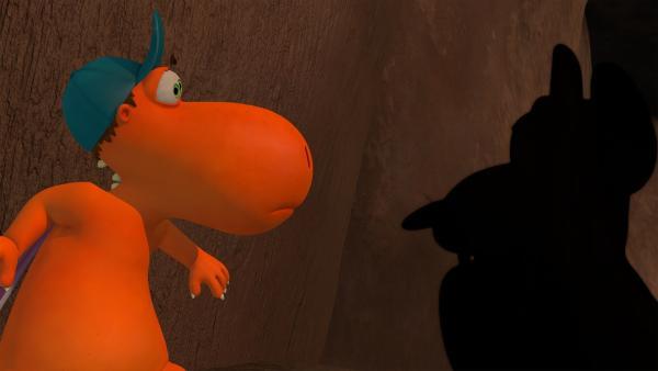 Kokosnuss nimmt all seinen Mut zusammen, um dem Höhlenmonster entgegen zu treten.   Rechte: ZDF/Caligari Film