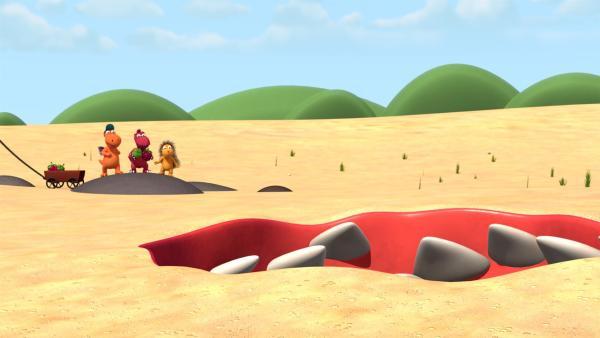 Die Freunde benutzen das Schluckloch als Kompost. | Rechte: ZDF/Caligari Film