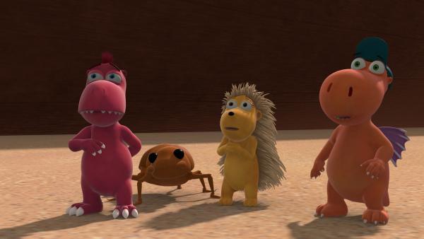 Weil sie von den Zauberbeeren genascht haben, sind Oskar, Matilda und Kokosnuss sehr geschrumpft. Sie sind jetzt kaum mehr größer als der Käfer, mit dem Oskar sich angefreundet hat. | Rechte: ZDF/Caligari Film