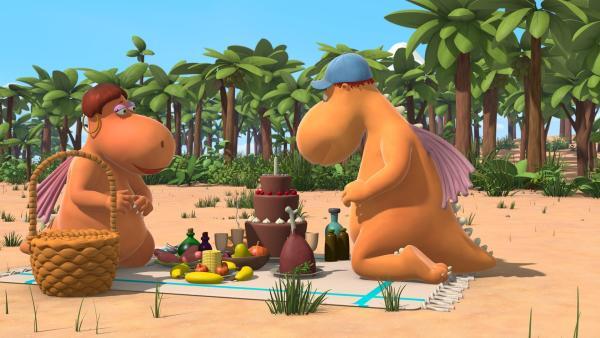 Kokosnuss' Eltern Mette und Magnus bereiten ein Picknick vor, während Kokosnuss, Oskar und Matilda sich die Zeit vertreiben und die Gegend erkunden. | Rechte: ZDF/Caligari Film
