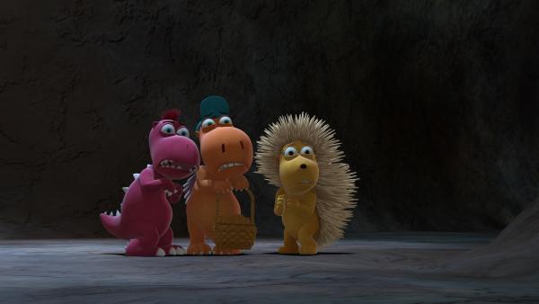 Allein in der dunklen Höhle mit schaurigen Geräuschen kauern sich Oskar, Kokosnuss und Matilda lieber eng zusammen. | Rechte: ZDF/Caligari Film