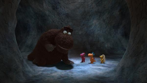 Als Kokosnuss, Matilda und Oskar auf den riesigen Balduin treffen, fällt ihnen ein Stein vom Herzen. Gemeinsam mit ihm haben sie weniger Angst in der Höhle. | Rechte: ZDF/Caligari Film