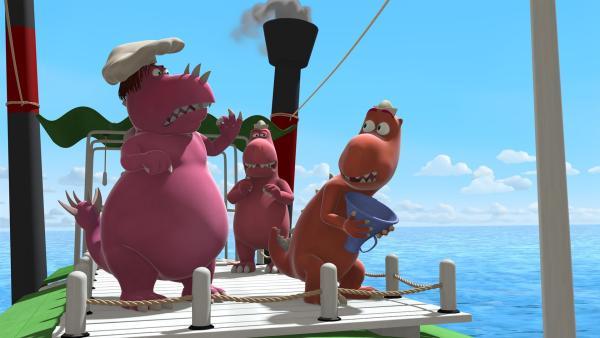 Auf dem Schiff streiten sich Chef und seine beiden Handlanger Trutbert und Trutjan darüber, wie man den Meeresdrachen Amadeus am besten anlocken kann. | Rechte: ZDF/Caligari Film