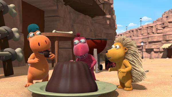 Der Kuchen, den Oskars Vater für Chef gebacken hat, sieht köstlich aus. Ob es wohl auffällt, wenn Oskar, Matilda und Kokosnuss ein kleines Stück davon probieren? | Rechte: ZDF/Caligari Film