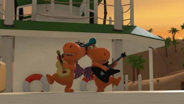 Auf dem Deck eines Schiffes stehen Kokosnuss und der Rockstar Rocko Rolla. Beide spielen Gitarre und sind nicht auseinander zu halten. | Rechte: ZDF/Caligari Film