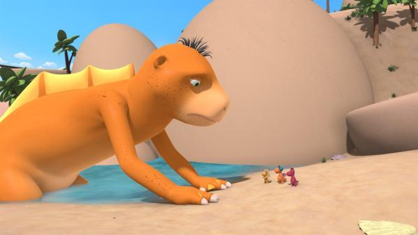 Am Strand stehen Oskar, Kokosnuss und Matilda vor dem gigantisch großen Seedrachen Amadeus und hören ihm zu.   Rechte: ZDF/Caligari Film