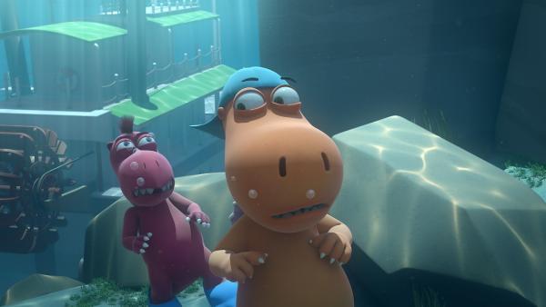 Nachdem ihr Dampfer auf den Meeresgrund gesunken ist, tauchen Oskar und Kokosnuss noch einmal in die Tiefe hinab, um nach ihrer Freundin Matilda zu suchen.   Rechte: ZDF/Caligari Film