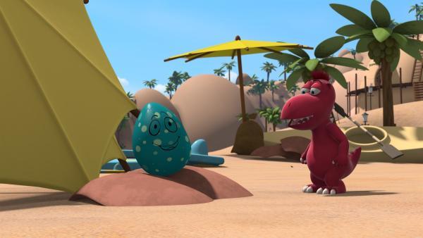 Oskar findet ein sprechendes Ei. Er kann es kaum glauben und will es gleich Kokosnuss zeigen. | Rechte: ZDF/Caligari Film