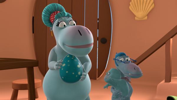 Familie Klaue bittet Mette und Kokosnuss auf das Baby und das Ei aufzupassen. | Rechte: ZDF/Caligari Film