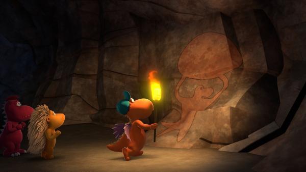 Tief in einer Höhle stoßen Kokosnuss, Oskar und Matilda auf  eine Höhlenmalerei, die sie auf tolle eine Idee bringen wird.   Rechte: ZDF/Caligari Film