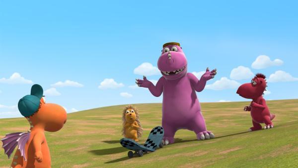Kokosnuss bereut ziemlich schnell, dass er Dirk sein Skateboard geliehen hat. | Rechte: ZDF/Caligari Film