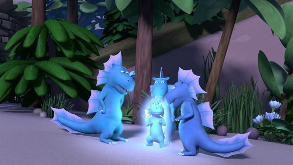 Das Feuergras bringt Wokki zum Leuchten. Die anderen Wasserdrachen sind begeistert. | Rechte: ZDF/Caligari Film