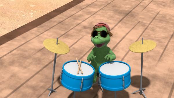 Mini Mo kann wirklich fantastisch Schlagzeug spielen. Dadurch bietet sich ihm eine große Chance auf Karriere. | Rechte: ZDF/Caligari Film