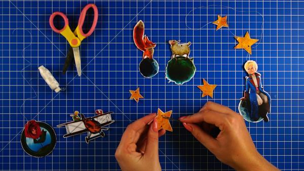 In die Ojekte und Figuren werden mit einer Nadel kleine Löcher gestochen | Rechte: KiKA