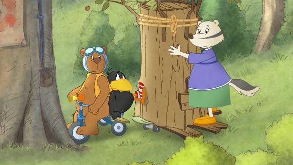 Beinahe wäre Frau Dachs mit ihrem fahrenden Baum mit Eddi und Socke kollidiert.   Rechte: SWR/NDR/Akkord Film