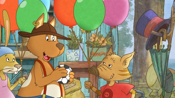 Herr Hund gibt Stulle zur Belohnung fürs Ballonsammeln einen Ball. | Rechte: SWR/NDR/Akkord Film