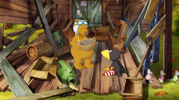 Eddi und Socke stehen mit leeren Händen da. Alle Vorräte sind aus der kaputten Hütte weggerollt.   | Rechte: SWR