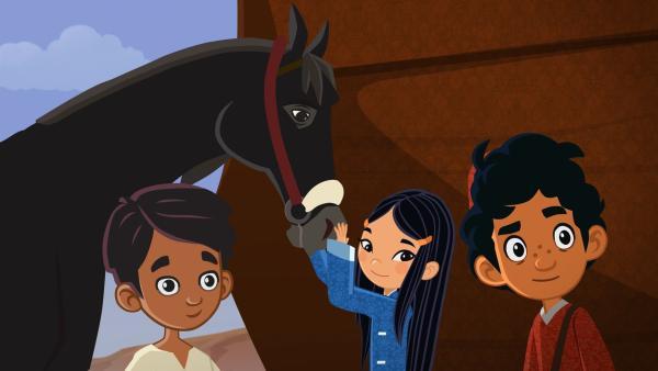 Marco und seine Freunde sind im Oman angekommen. Gleich am Hafen machen sie Bekanntschaft mit einem wilden Pferd. Hamal, der Pferdebesitzer, Shi La und Marco (v.l.n.r.) versuchen den wilden Hengst zu beruhigen. Shi La gelingt das am besten. | Rechte: MDR/ARD/MotionWorks 2018