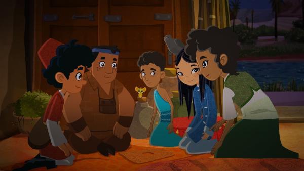 Marco, Luigi und Shi La haben das zerbrochene Puzzle wieder zusammengesetzt. Mejay (rechts) kann nun den alten ägyptischen Text darauf entziffern: Es ist eine Wegbeschreibung zum Grab des Kind-Königs Tutanchamun!   Rechte: MDR/ARD/MotionWorks 2018