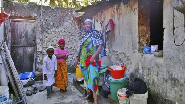 Awena und Abduli zusammen mit Awenas Mutter Aisha | Rechte: SWR/Frank Feustle