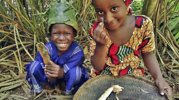 Awena und Abduli ernten Nelken, Zimt und Kardamom für ihr Lieblingsgericht Pilau. | Rechte: SWR/Frank Feustle