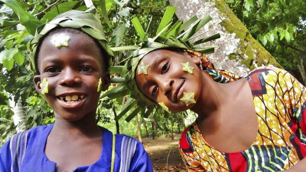 Mit der Sternfrucht haben Abduli und Awena eine Menge Spaß! | Rechte: SWR/Frank Feustle