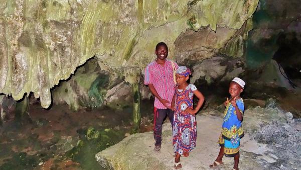 Mit Idi, einem Medizinmann, gehen Awena und Abduli in die größte Höhle Sansibars. | Rechte: SWR/Frank Feustle